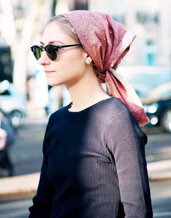 Jenny Walton - blusa-manga-longa-azul-marinho-oculos-lenco-rosa - lenço - Meia Estação - Street Style