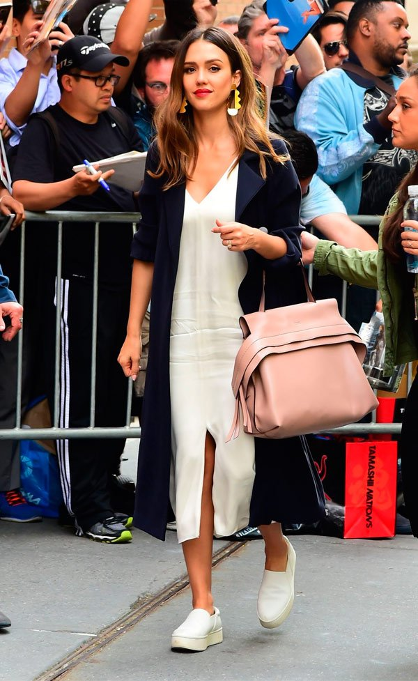 Jéssica Alba - vestido-branco-tenis-branco-casaco-azul - tenis - Meia Estação - Street Style