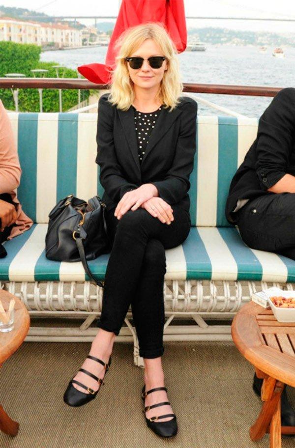Kristen Dunst - casaco-preto-calça-preta-sapatilha-preta-oculos-preto - blazer - Meia Estação - Street Style