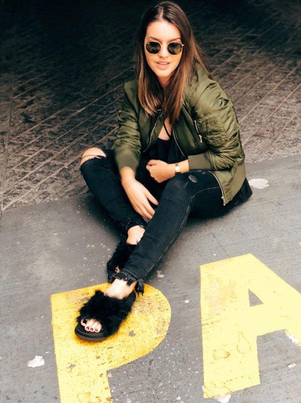 Lara Lincoln - jaqueta-militar-calça-preta-slide-pelos - slide-pelos - meia estação - street style