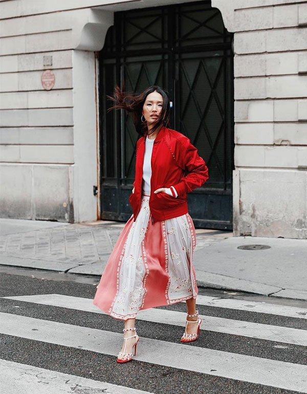 nicole-warne-saia-midi-vermelha-branca-bomber-street-style-20180405134812.jpg (600×770)