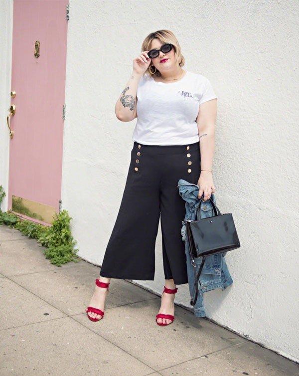 Nicolette Mason - pantacourt-botoes-preta-tshirt-branca-sandalia-rosa - pantacourt - meia estação - street style