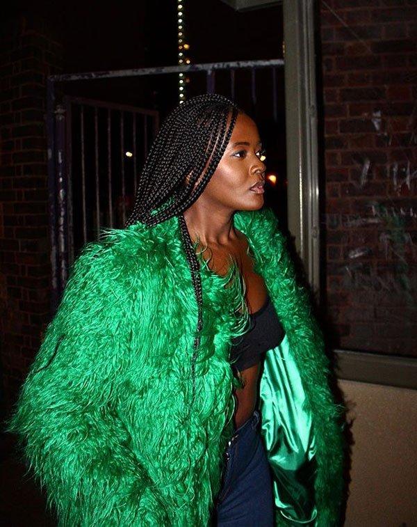 Philomena Kwao - top-preto-faux-fur-verde - faux fur - meia estação - street style