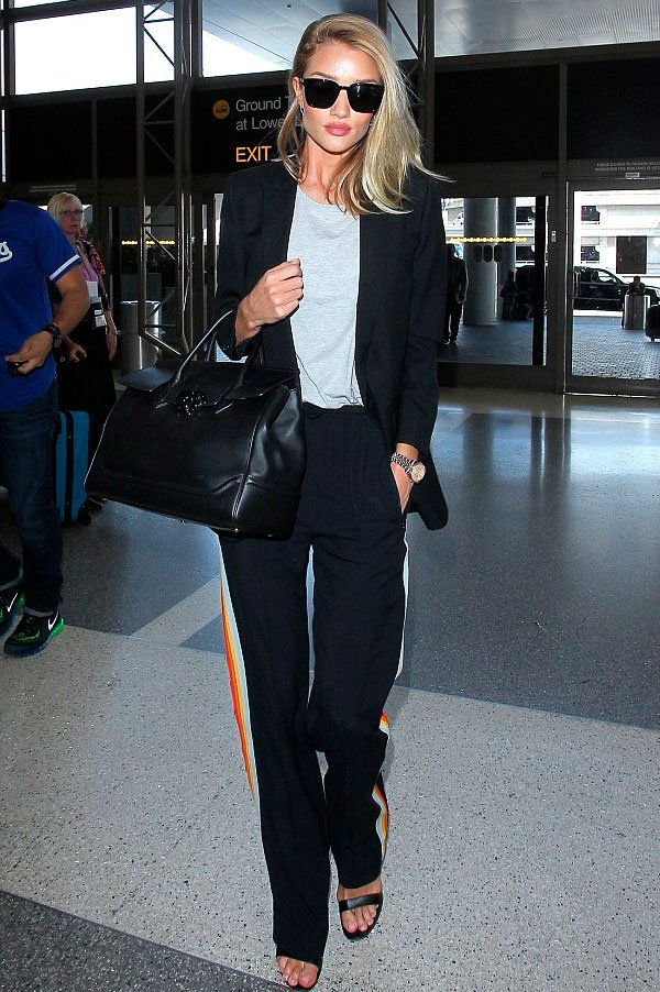 Rosie Huntington-Whiteley - all black - listra lateral - verão - aeroporto