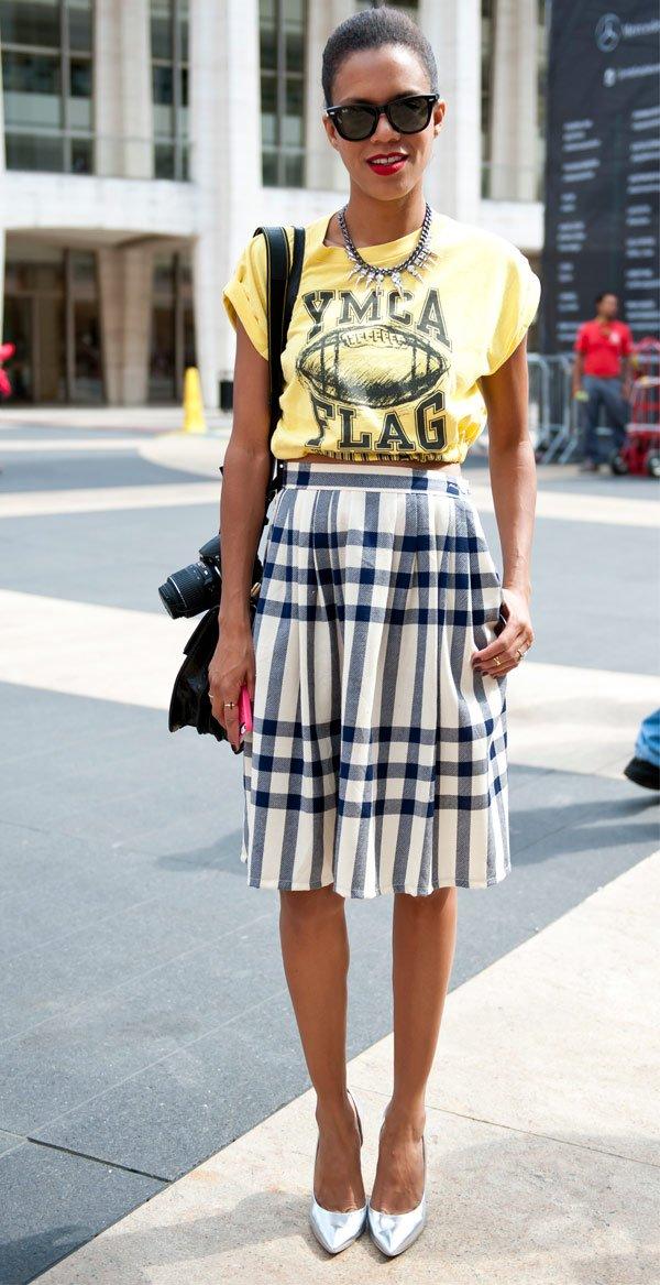 It Girl - saia-xadrez-camiseta-scarpin-prata - camiseta - Meia Estação - Street Style