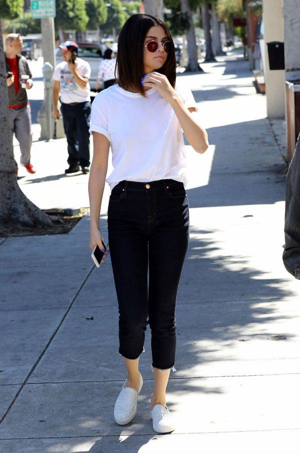 Selena Gomez - blusa-branca-calça-preta-tenis - básico - meia estação - street style
