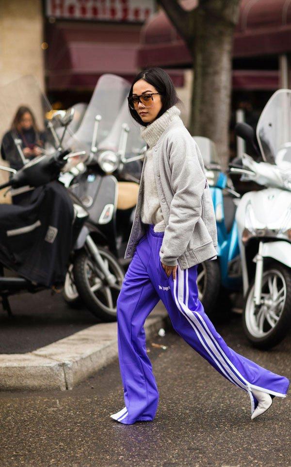 it girl - calca-roxa-sapato-branco-moletom-cinza - track pants - meia estação - street style