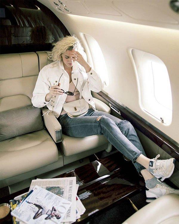 Zanita Whittington - blusa-calça-jeans-destroyed-tenis - dad sneakers - meia estação - street style