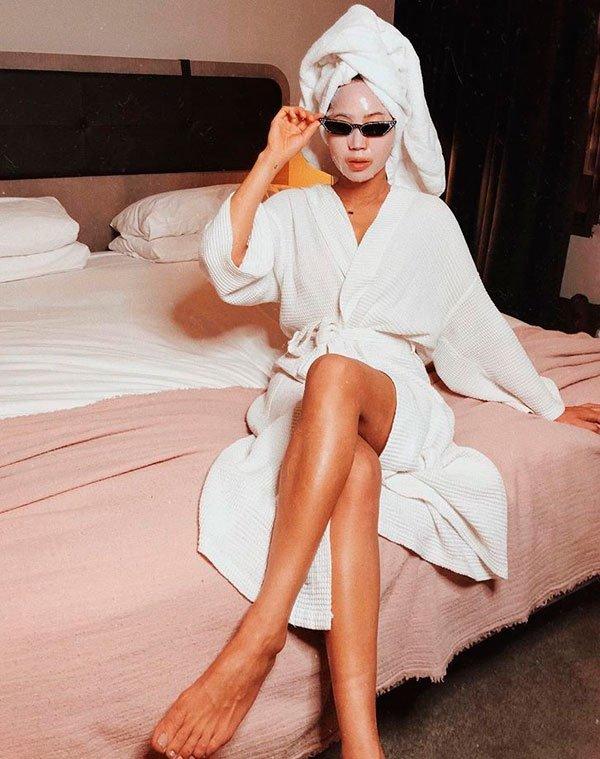Aimee Song/Reprodução - roupao-toalha-cabelo - sheet-masks - verão - quarto