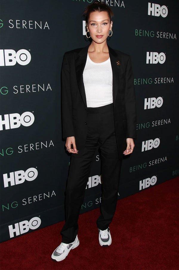Bela Hadid - blazer-preto-calça-preta-tshirt-branca - blazer - meia estação - street style