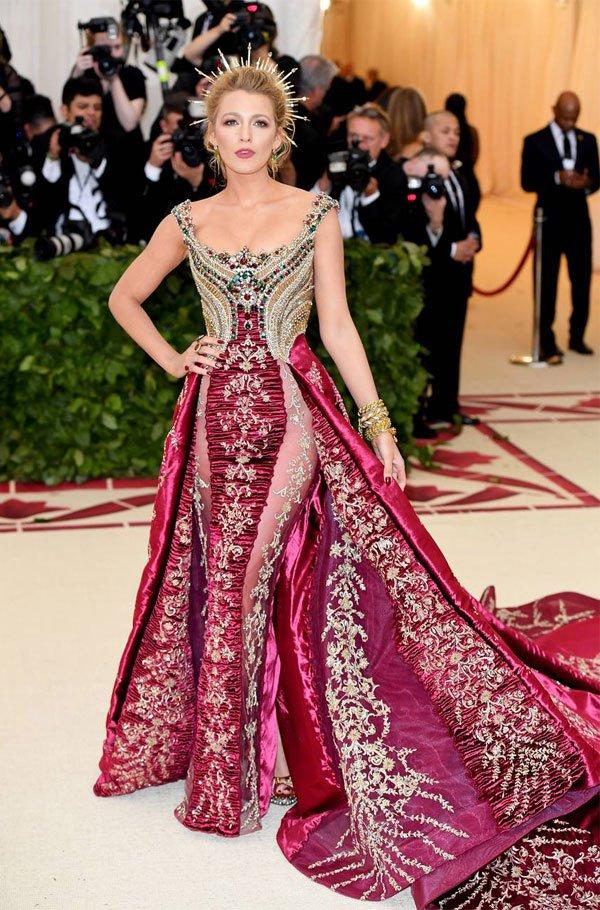 Blake Lively - vestido-vinho-coroa-detalhes-bordado - vestido  - meia estação - street style