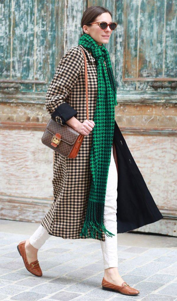 it girl - casaco-xadrez-cachecol-verde-calca-branca - xadrez - meia estação - street style