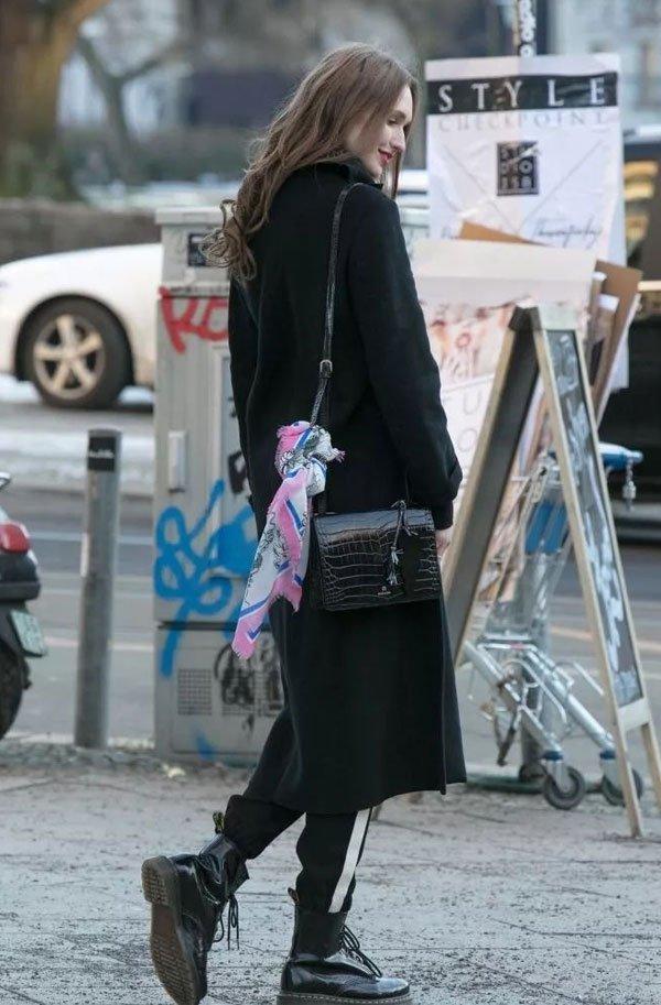 it girl - calca-listrada-coturno-jaqueta-bolsa-lenço - preto - inverno - street style