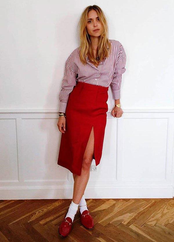 it-girl - camisa-listrada-saia-midi-fenda-mocassim-vermelho - sapato-vermelho - meia estação - street style