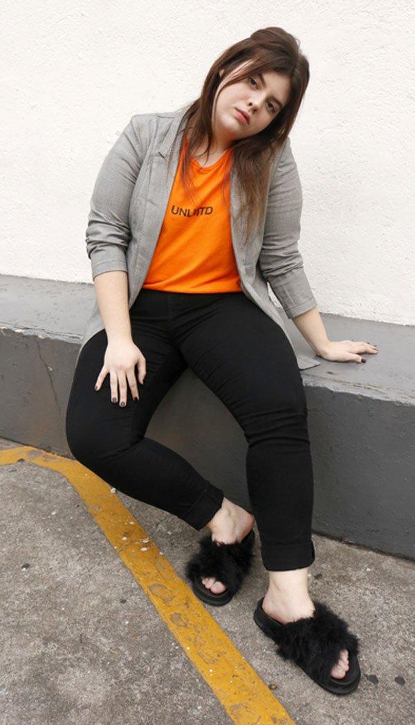 Carol Carlovich - t-shirt-calça-preta-slide-pelos - slide-pelos - meia estação - street style