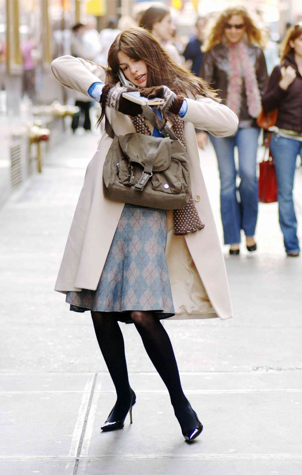 Anne Hathaway - casaco-cinza-saia-xadrez-scarpin - xadrez - meia estação - street style