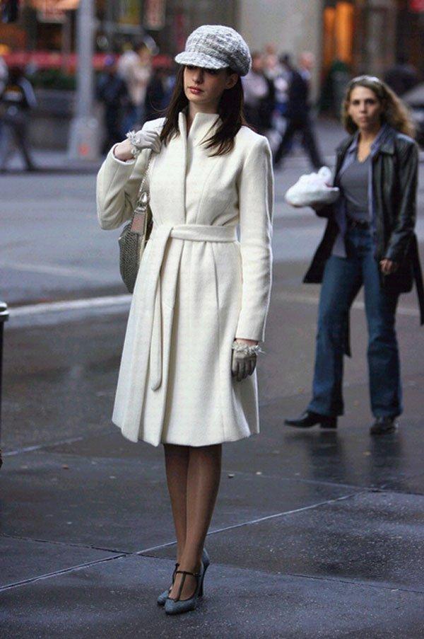Anne Hathaway - casaco-branco-boina-scarpin - casaco - meia estação - street style