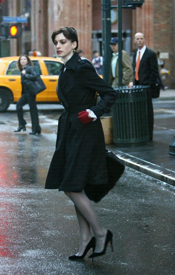 Anne Hathaway - casaco-preto-meia-scarpin - casaco - meia estação - street style