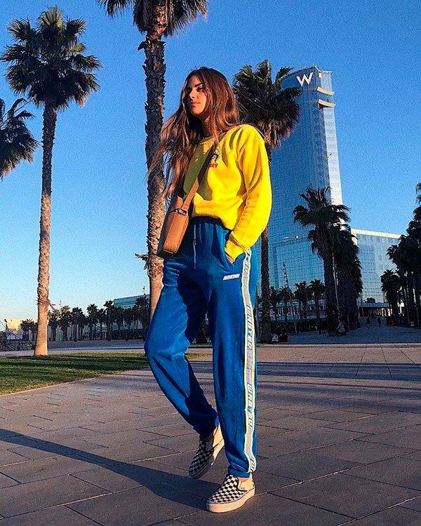 Clara Berry/Reprodução  - moletom-amarelo-calca-azul-vans - sporty - meia estação - street style