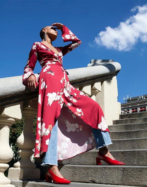 Cris Paladino - vestido-florido-calça-jeans-sling-back-vermelho - sapato-vermelho - meia estação - street style