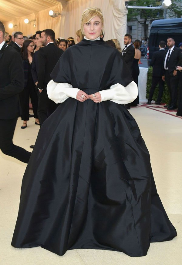 Greta Gerwig  - vestido-preto-bufante-branco - vestido  - meia estação - street style