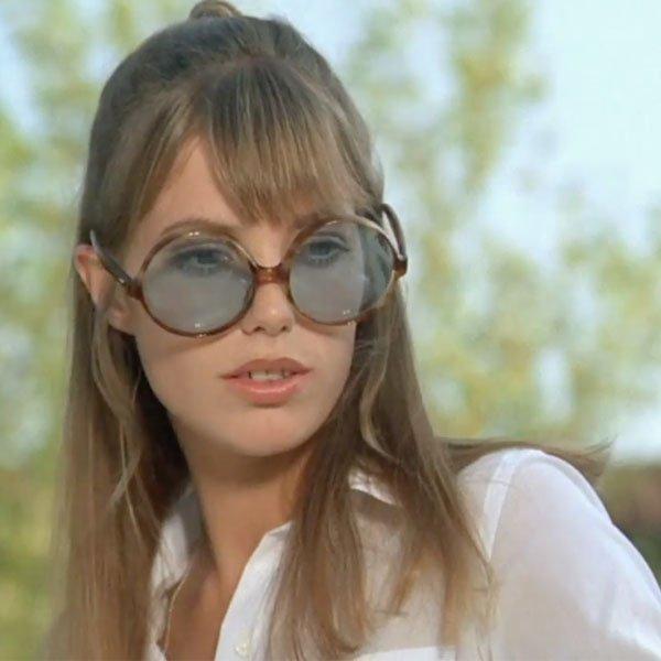 Jane Birkin - camisa-branca-oculos-azul - óculos colorido - meia estação 13bb08d972