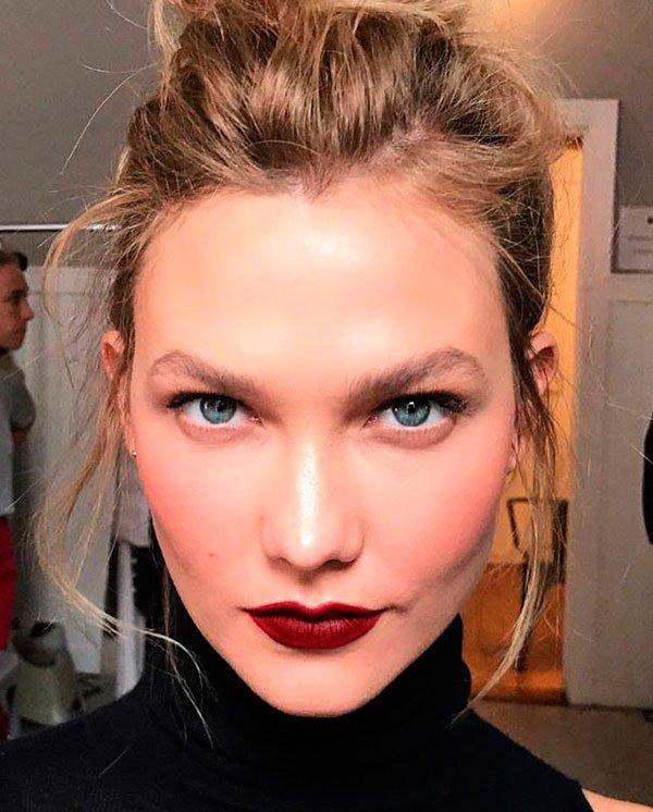 Karlie Kloss - maquiagem-batom-burgundy - batom burgundy vinho - inverno - estúdio