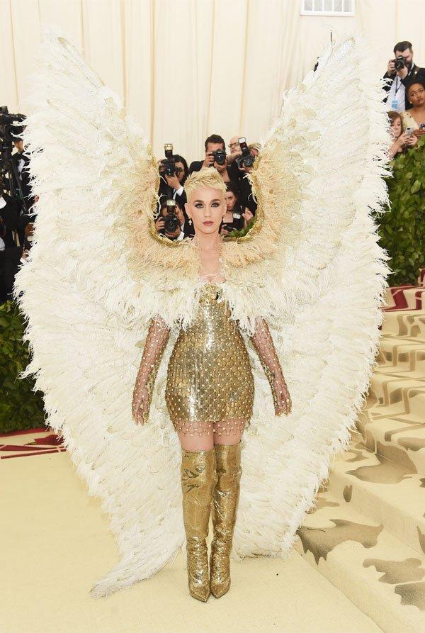 Katy Perry  - vestido-dourado-asa-branca-anjo - vestido  - meia estação - street style