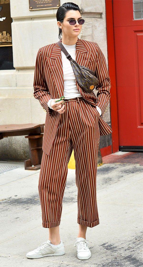 Kendall Jenner - conjunto-terno-listrado-tenis - listras - meia estação - street style