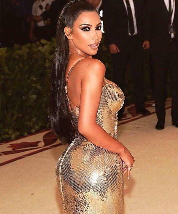 Kim Kardashian/Reprodução - vestido-dourado-pele-iluminada-smokey - pele iluminada-vestido-dourado - verão - MET Gala