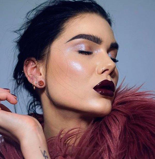 Linda Halberg - maquiagem-batom-burgundy-pele-iluminada-cilios - batom burgundy vinho - inverno - estúdio