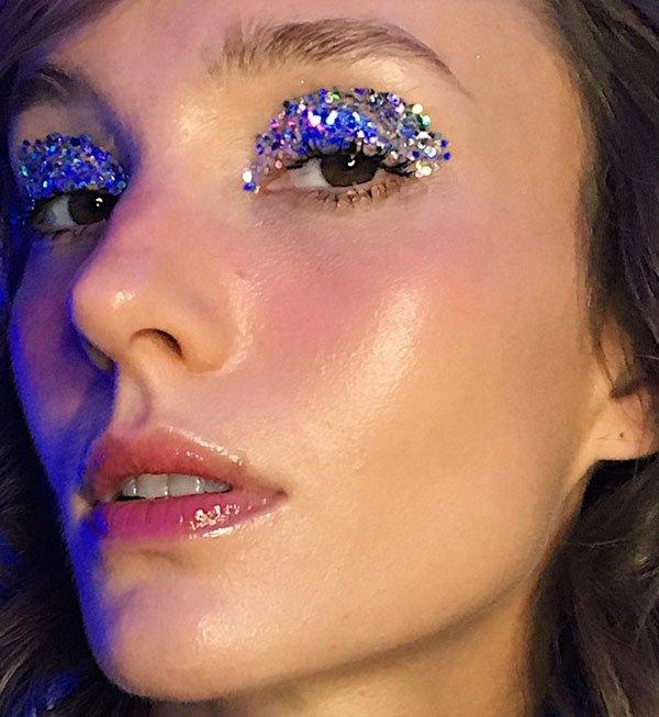 modelo - maquiagem-beleza-glitter-gloss - glitter - verão - estúdio