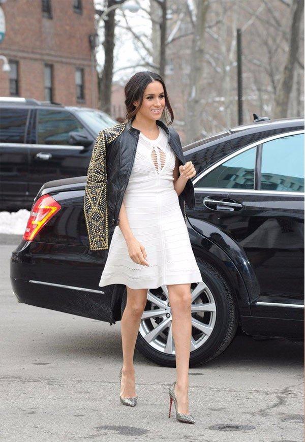 Meghan Markle  - vestido-branco-jaqueta-couro - jaqueta couro - meia estação - street style