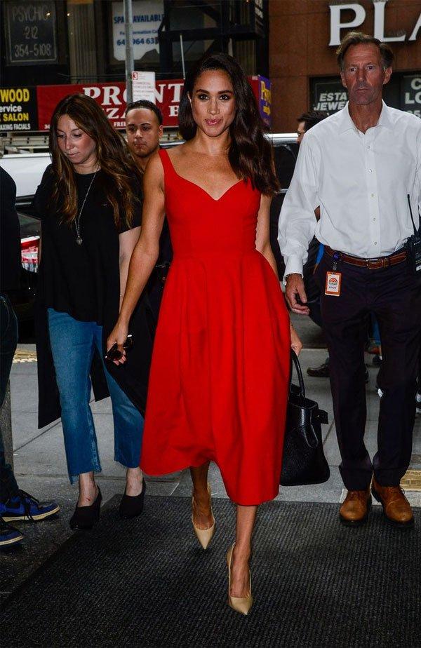 Meghan Markle  - vestido-vermelho-scarpin - vestido-vermelho - meia estação - street style