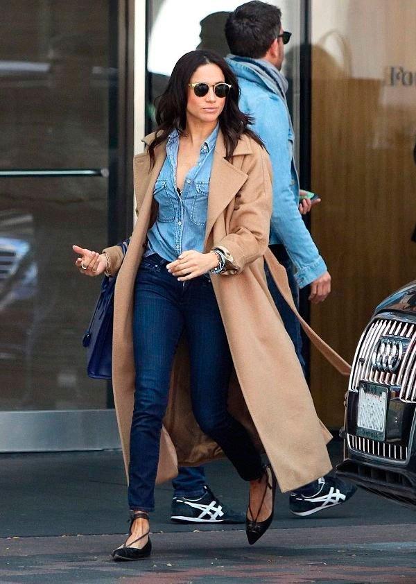 Meghan Markle - camisa-jeans-calca-trench-coat - all denim - meia estação - street style