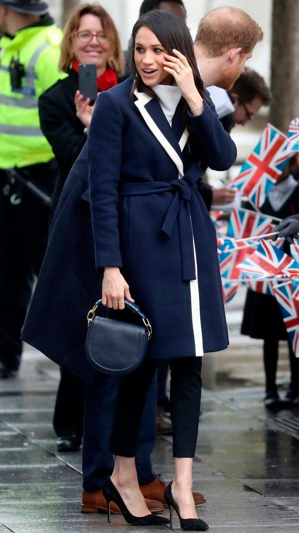 Meghan Markle - casaco-calca-preta-look-monocromatico-scarpin - scarpin - inverno - street style