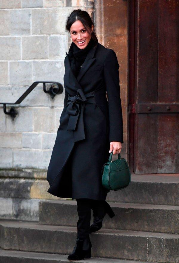 Meghan Markle - casaco-preto-calca-skinny-bota - look monocromático - inverno - street style