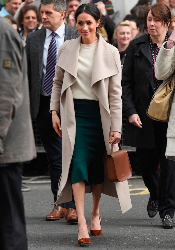 Meghan Markle - camisa-trench-coat-saia-midi-verde - saia midi - meia estação - street style