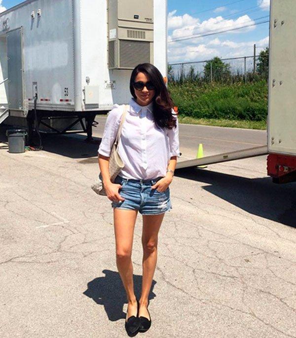 Meghan Markle - camisa-branca-short-jeans-flat - short jeans  - verão - street style
