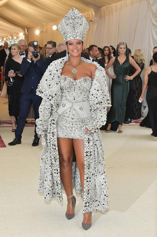 Rihanna - vestido-prata-papa - vestido - meia estação - street style
