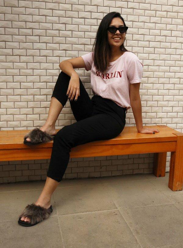 Samara Tavares - t-shirt-calça-preta-slide-pelos - slide-pelos - meia estação - street style