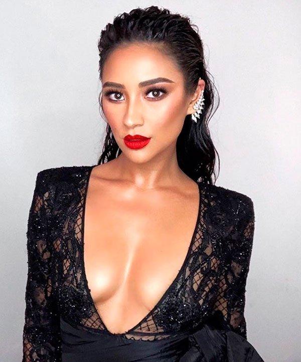 Shay Mitchell/Reprodução - vestido-preto-decote-pele-iluminada-glow - pele iluminada-batom-vermelho - verão - estúdio