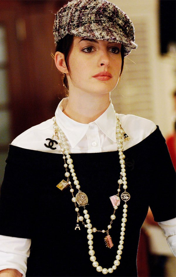 Anne Hathaway - sueter-preto-camisa-branca-colar-perolas - camisa - meia estação - street style