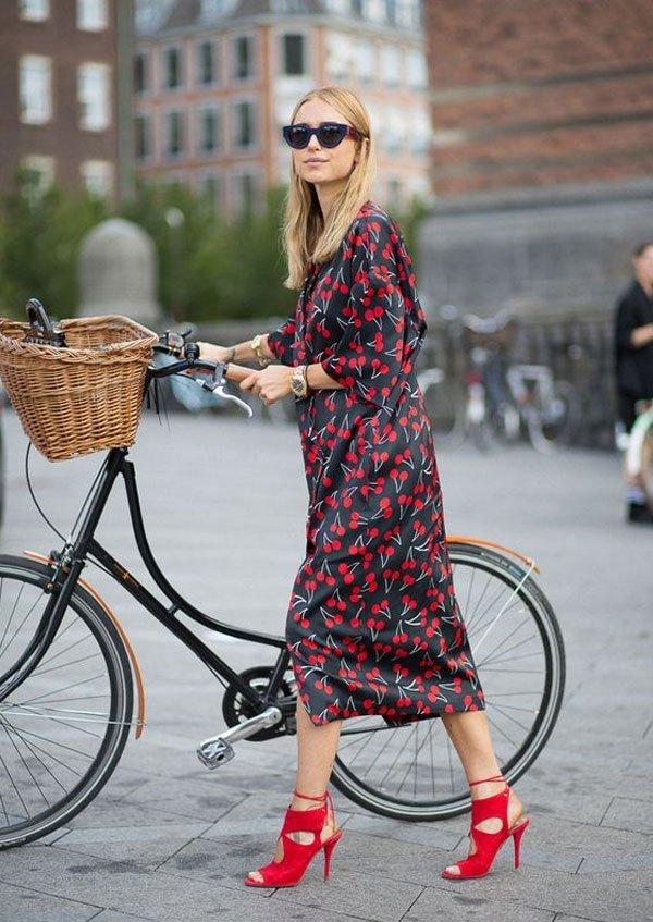 Pernille Teisbaek - vestido-estampado-sandalia-vermelha - sandália-vermelha - verão - street style