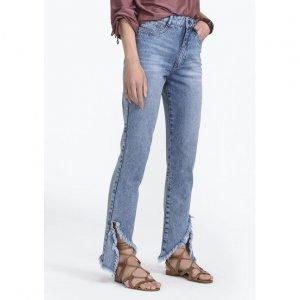Calça Jeans Na Base Mom Com Detalhe De Rasgo Assimétrico Na Barra