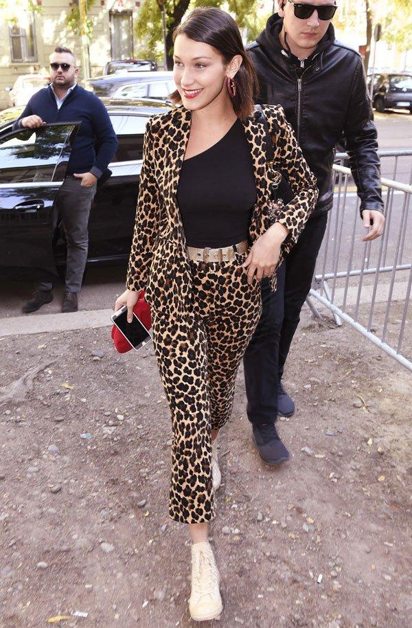 Bella Hadid - jaqueta-calça-oncinha - calça-oncinha - inverno - street style