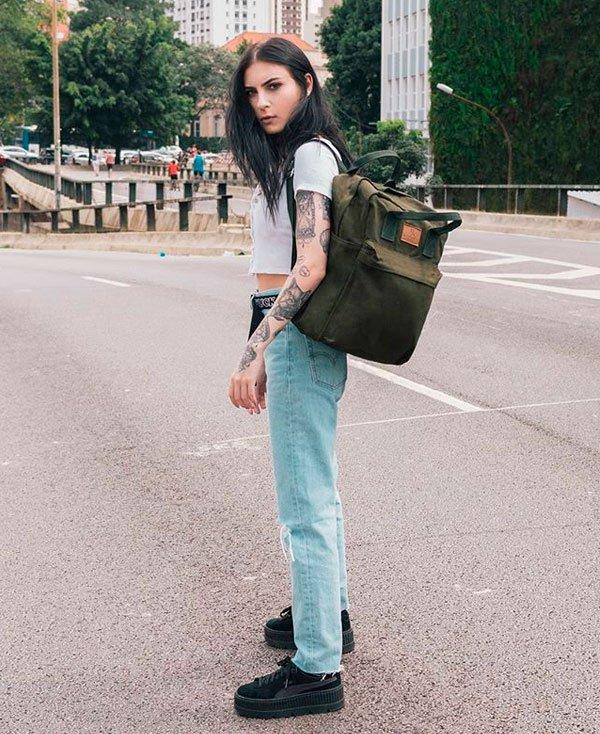 Bruna Huli/Reprodução - t-shirt-branca-calca-jeans-tenis-puma - mochila - verão - street style
