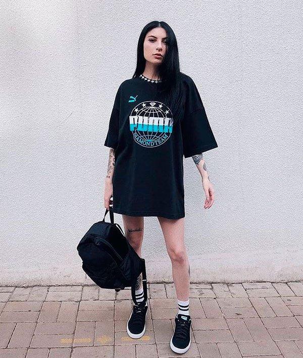 Bruna Huli/Reprodução - t-shirt-preta-tenis-meia-mochila - mochila - verão - street style
