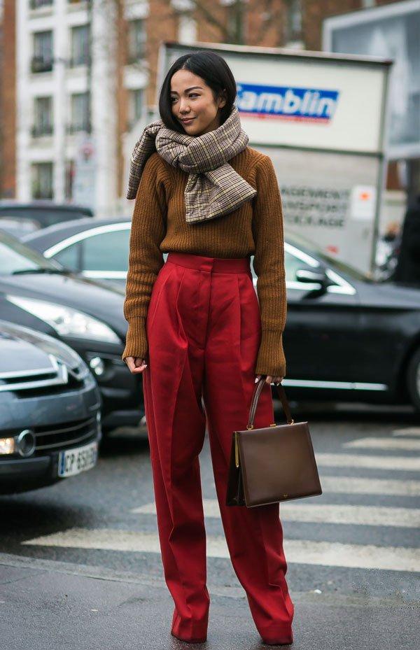 it girl - sueter-bege-calca-vermelha-cachecol-xadrez - bege - inverno - street style