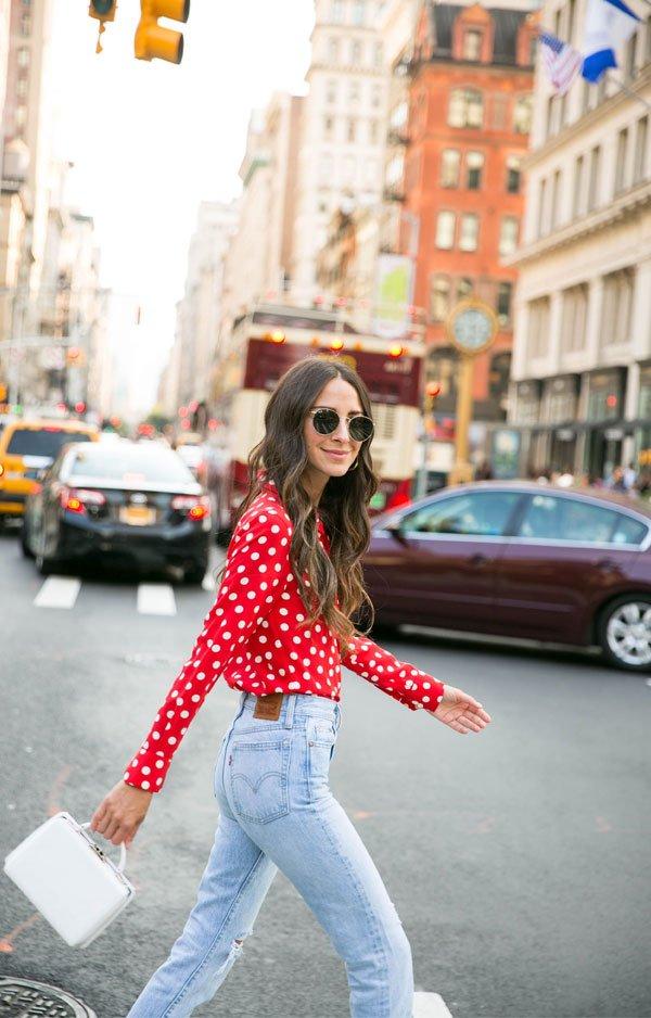 it girl - camisa-vemelha-bolinha-branca - poá - inverno - street style